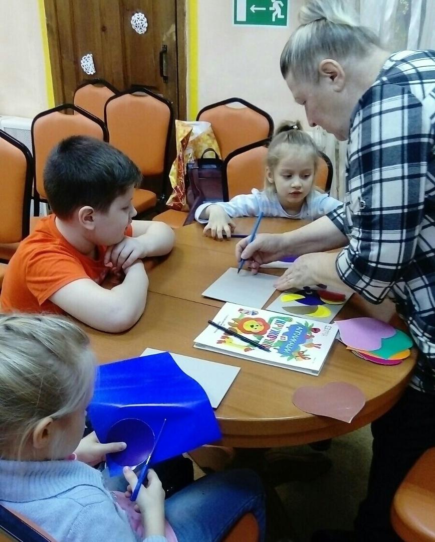Пока мамы учатся, дети занимаются творчеством с педагогом